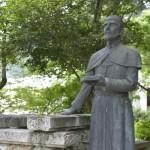 井戸のそばのサビエル像