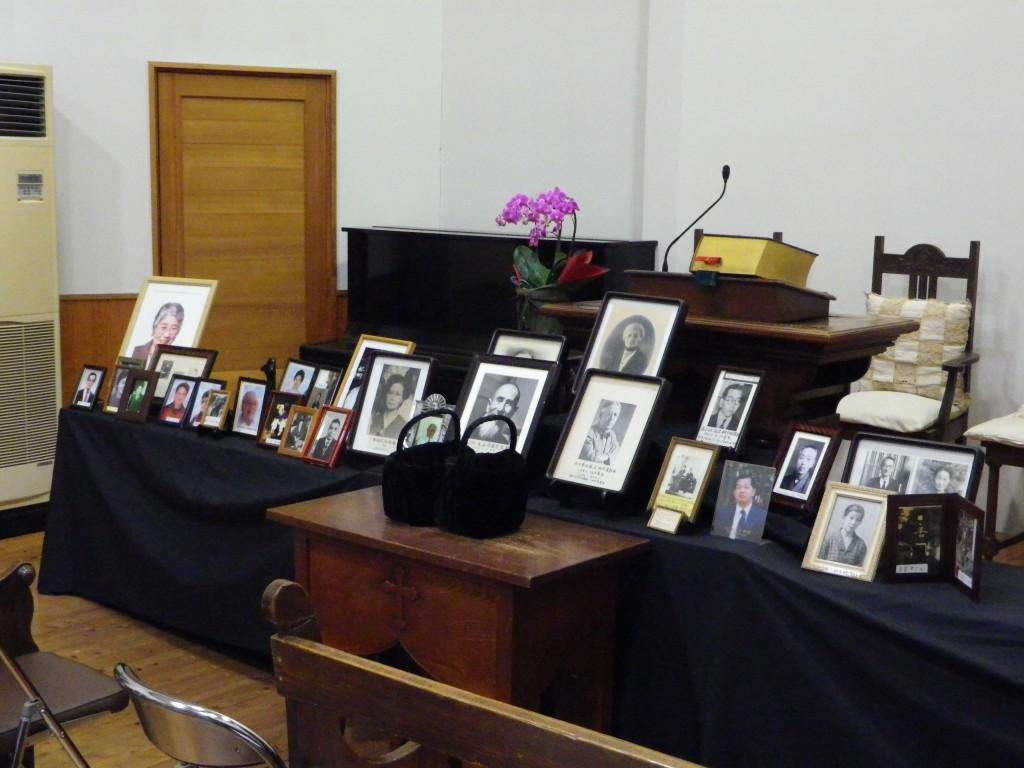 永眠者記念礼拝講壇 講壇の前と会堂壁面に永眠者のお写真を飾りました。沢山のお写真に... 日本キ